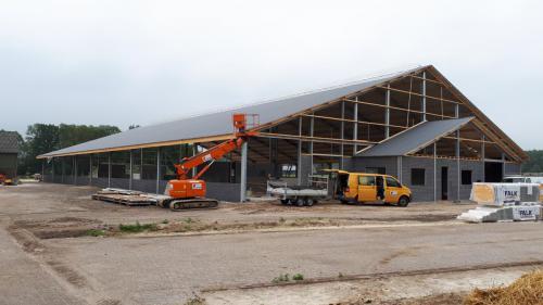 De voorzijde van de nieuwe stal