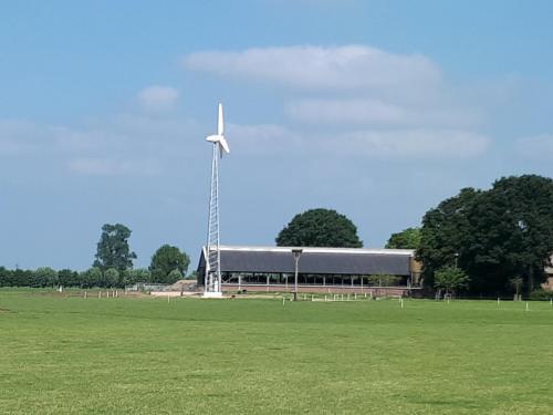 De kleine windturbine bij de boerderij