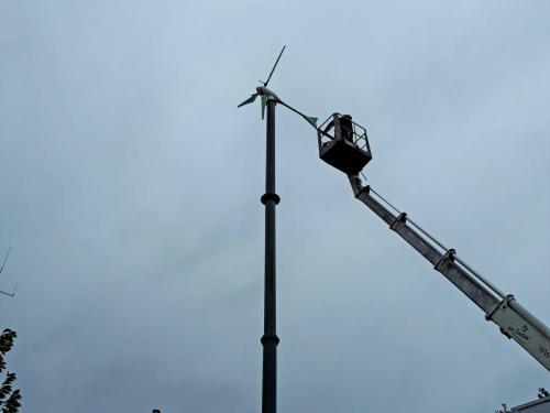 De windturbine staat er op